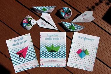 Cette image montre les flyers développer par une maman pour l'agence Destination Famille se transformant en origami